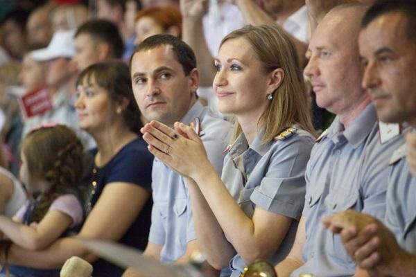 Многодетные семьи сотрудников силовых структур продемонстрировали   группу поддержки представителей управления федеральной службы исполнения наказания по Астраханской области которые получили диплом и сладкий подарок